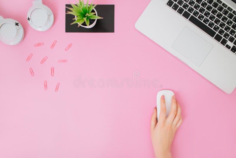 Flatlay med kvinnors kontorsskrivbordet på en rosa bakgrund royaltyfria foton