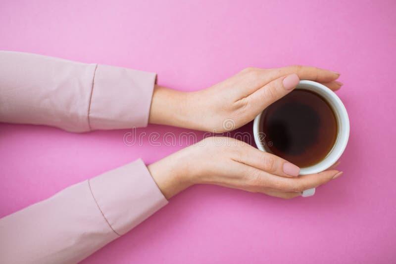 Flatlay met van de koffiemok en vrouw handen stock foto