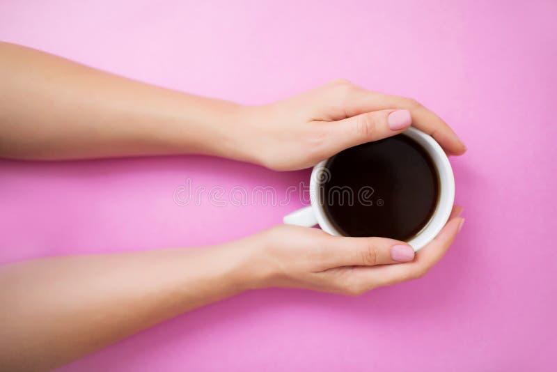 Flatlay met vrouwenhanden die koffiemok houden royalty-vrije stock foto