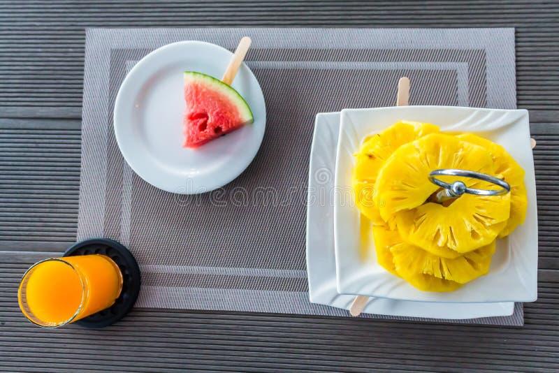 Flatlay obruszenia owocowa dekoracja w poziomie na stole zdjęcie stock