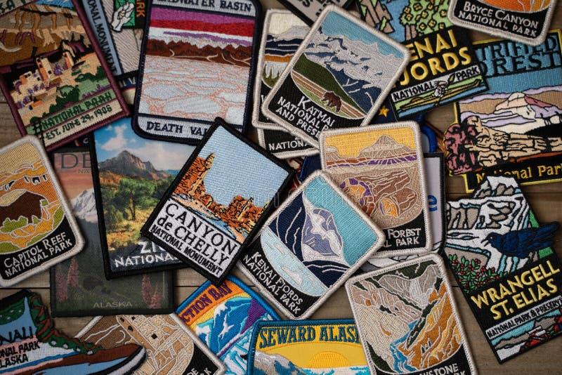 Flatlay ordning av olika USA Förenta staternanationalparker och monumentlappar från gåvan arkivfoto