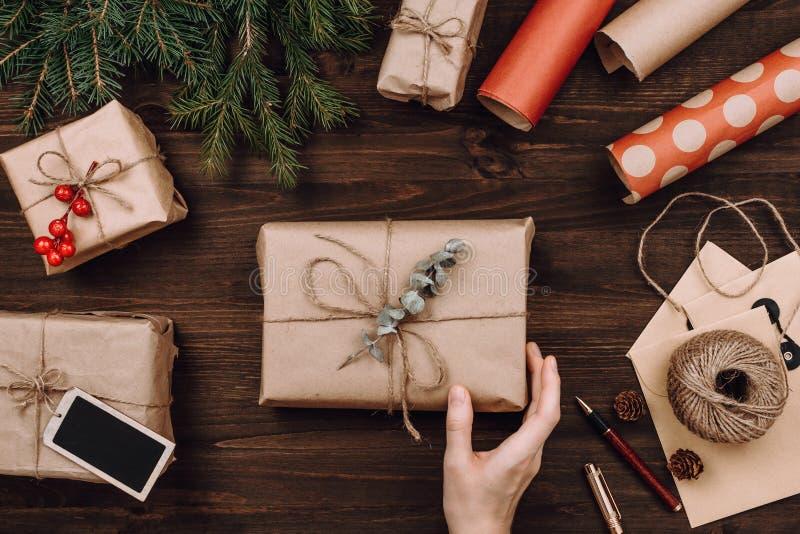 Flatlay ordning för ferie av slågna in gåvor royaltyfri foto