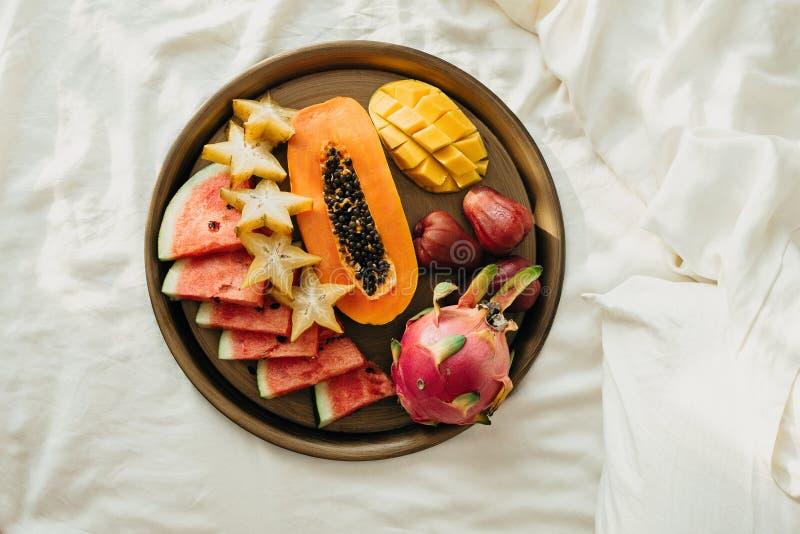 Flatlay różnorodne egzotyczne tropikalne owoc na metal tacy w łóżku obraz royalty free