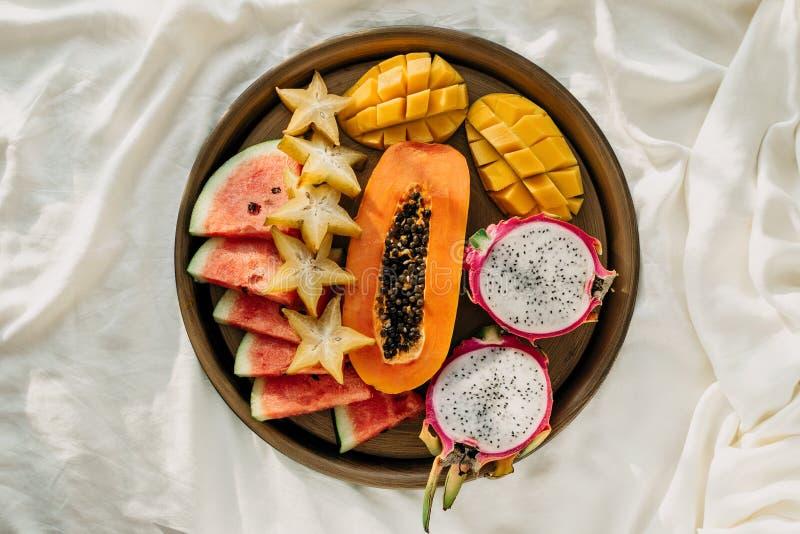 Flatlay różnorodne egzotyczne tropikalne owoc na metal tacy w łóżku fotografia royalty free