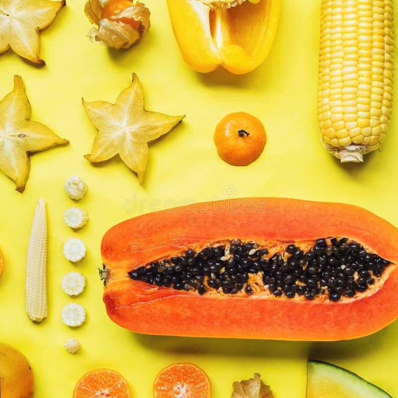 Flatlay różnorodni żółci i pomarańczowi owoc i warzywo obrazy royalty free