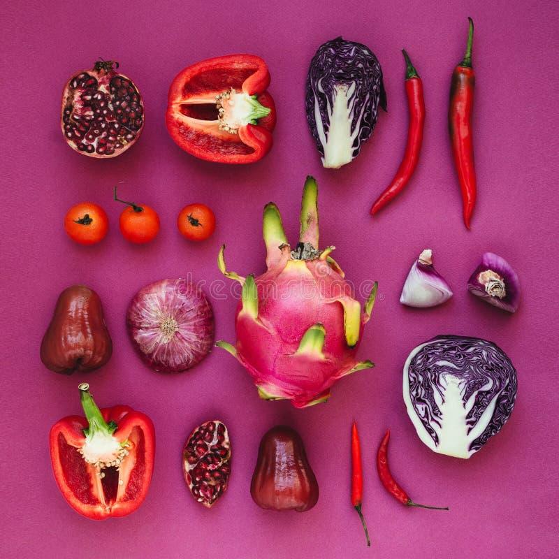 Flatlay różnorodni czerwieni, fiołka i menchii owoc i warzywo, fotografia royalty free
