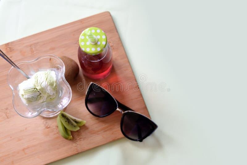 Flatlay sommar med glass royaltyfria bilder