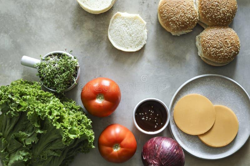 Flatlay van het recepteningrediënten van de veganistcheeseburger stock foto's