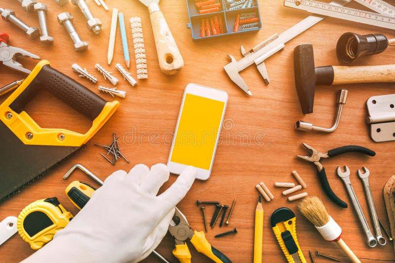 Flatlay złotej rączki smartphone app, repairman mienia telefon komórkowy w ręce obrazy royalty free