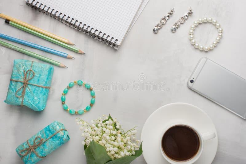 Flatlay z kwiatami, kawa, telefon, kobieta prezenty z pustym miejscem dla pisać na lekkim tle i ornamenty, i obrazy royalty free