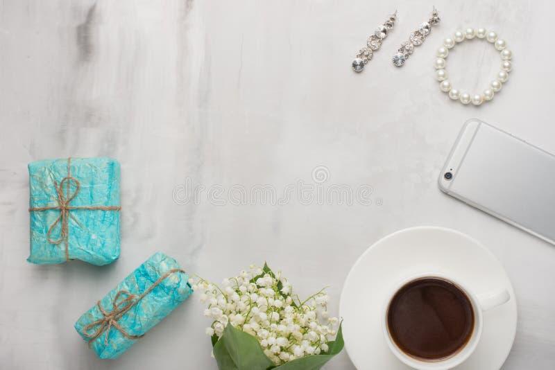 Flatlay z kwiatami, kawa, telefon, kobieta prezenty z pustym miejscem dla pisać na lekkim tle i ornamenty, i obraz stock