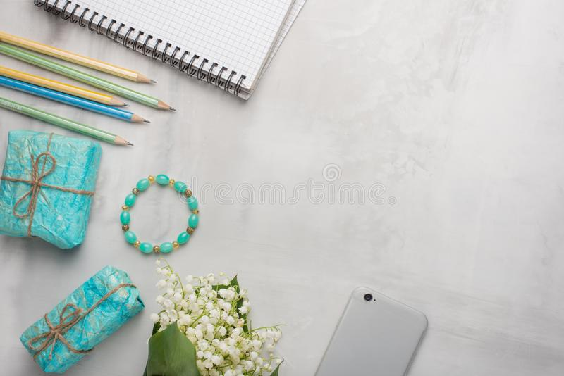 Flatlay z kwiatami, telefon, kobieta prezenty z pustym miejscem dla pisać na lekkim tle i ornamenty i Może być obraz stock
