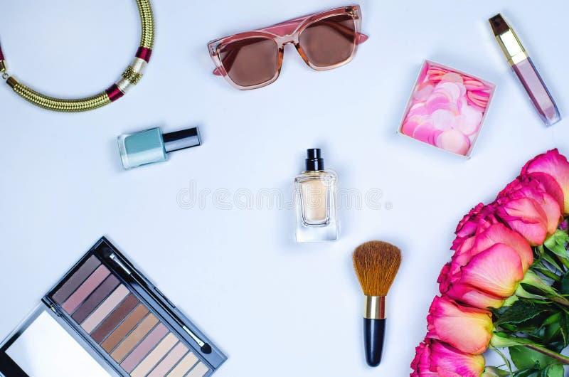 Flatley de los cosméticos, de la joyería, de los vidrios y de las flores femeninos fotografía de archivo