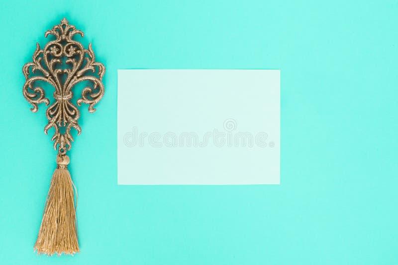 Flatley no fundo de turquesa com a folha do Livro Branco para as folhas do texto e da samambaia, vista superior, espaço para o te foto de stock
