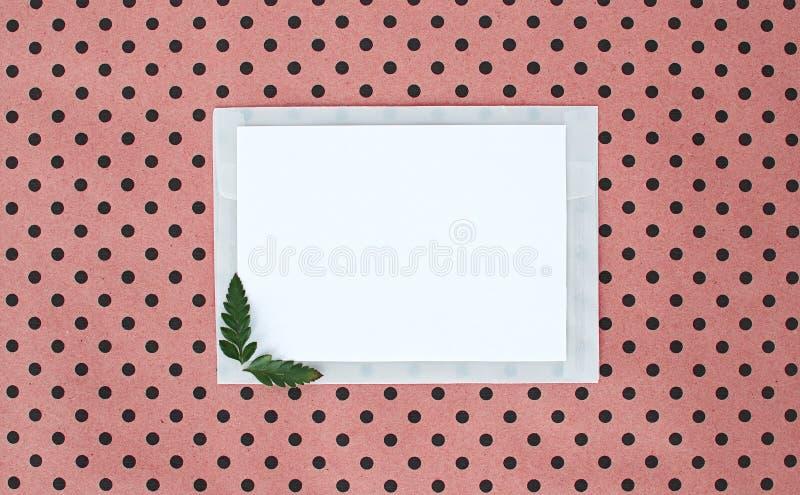 Flatley op turkooise achtergrond met Witboekblad voor tekst en varenbladeren, hoogste mening, ruimte voor tekst, exemplaarruimte, royalty-vrije stock fotografie