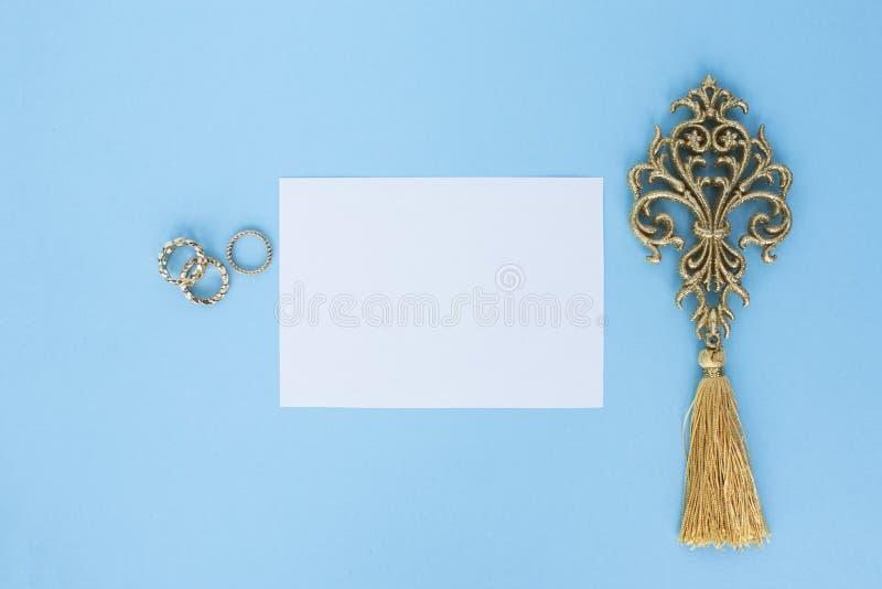 Flatley op turkooise achtergrond met Witboekblad voor tekst en varenbladeren, hoogste mening, ruimte voor tekst, exemplaarruimte, stock foto's
