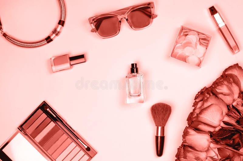 Flatley von den weiblichen Kosmetik, vom Schmuck, von den Gläsern und von den Blumen stockfotos