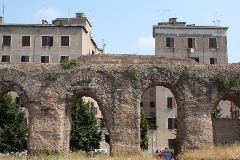 Flats achter roman aquaduct in Rome (Italië) royalty-vrije stock foto's