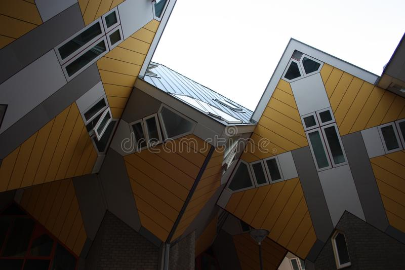 Flats en bureaus binnen de kubieke huizen van Rotterdam, metropolitaanse stad stock foto