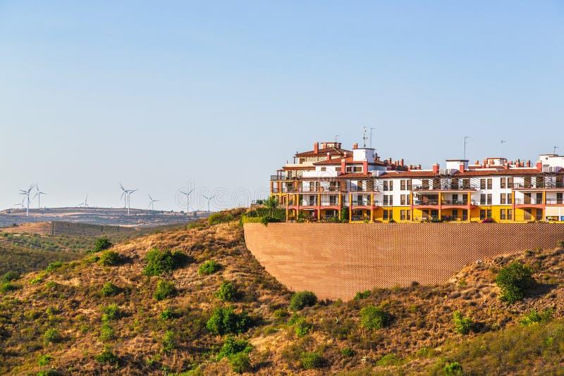 Flats gebouwde hoogte op een helling in Costa Esuri, Spanje stock afbeelding