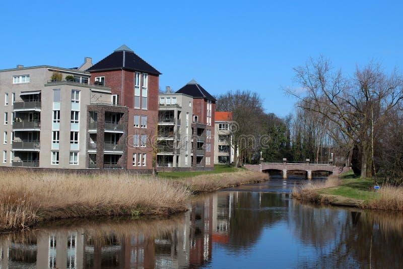 Flats langs een Waterweg stock fotografie