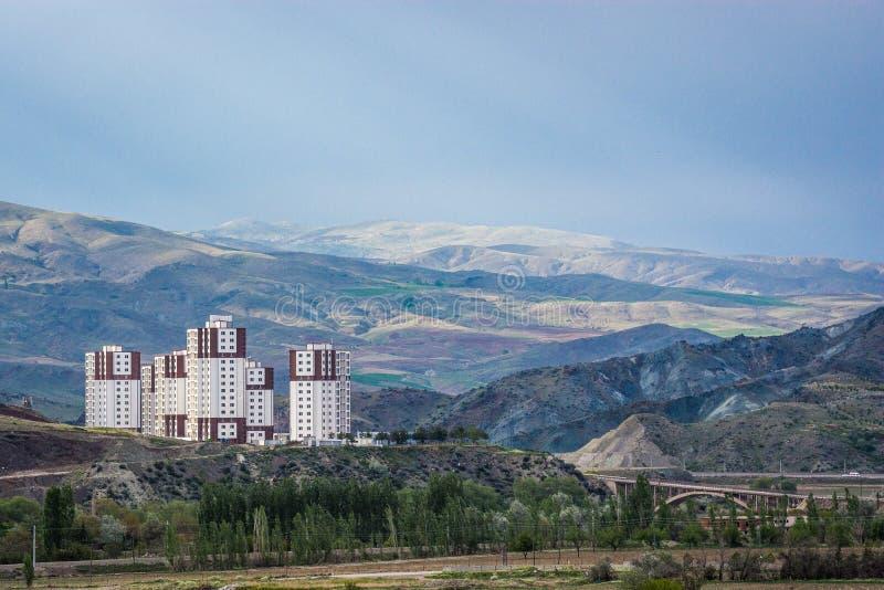 Flatsblokken die bergen in Turkije, nieuwe ontwikkeling inbouwen royalty-vrije stock foto's