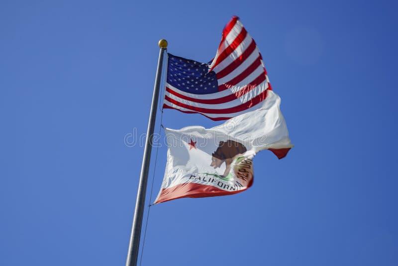 Flattern der Amerikaner- und Kalifornien-Flagge stockbild