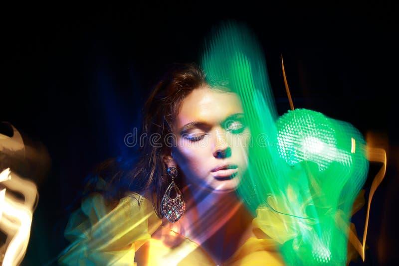 Flattern. Gesicht der Frau in den undeutlichen bunten Lichtern. Gestalten Sie um lizenzfreies stockfoto