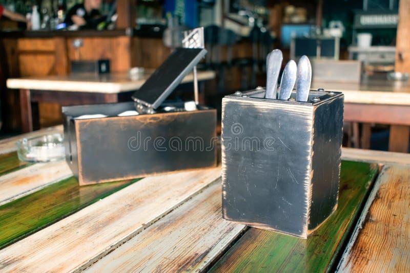 Flatware, μαχαιροπήρουνα, ασημικές στο ξύλινο κιβώτιο στοκ φωτογραφία