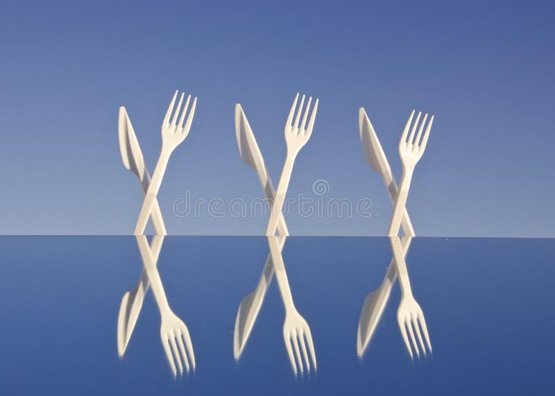 Flatware plástico branco no espelho fotos de stock royalty free