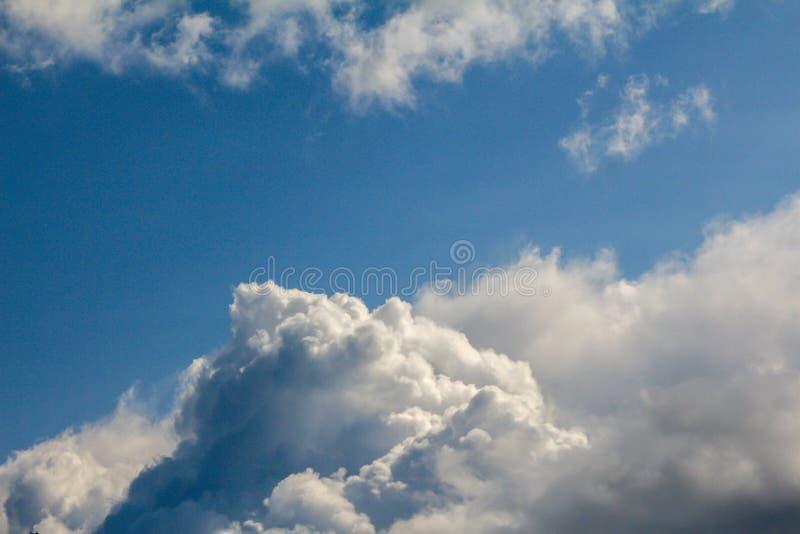 Flaumige große Wolken im blauen Himmel - die Ansicht von der Fläche stockfotos