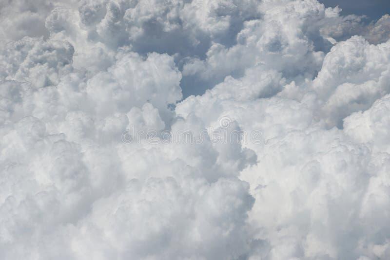 Flaumige weiße Draufsicht der Wolken stockbilder