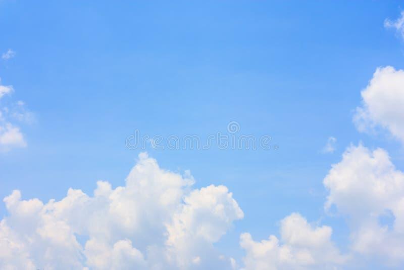Flaumige Wolke gegen Hintergrund des blauen Himmels stockbilder
