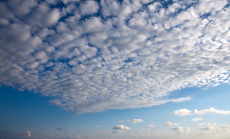 Flaumige Wolken. lizenzfreie stockbilder