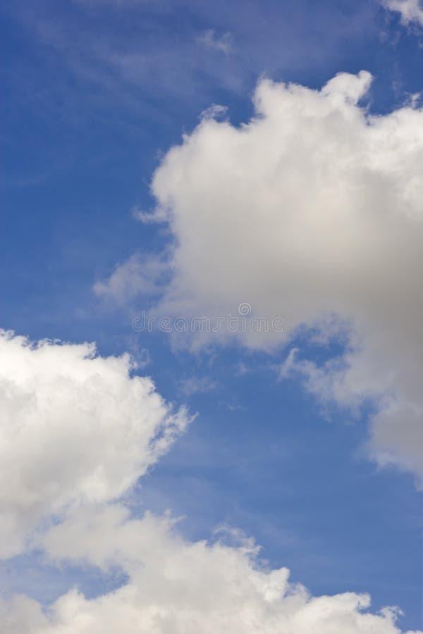 Flaumige Wolken auf Hintergrund des blauen Himmels stockfoto