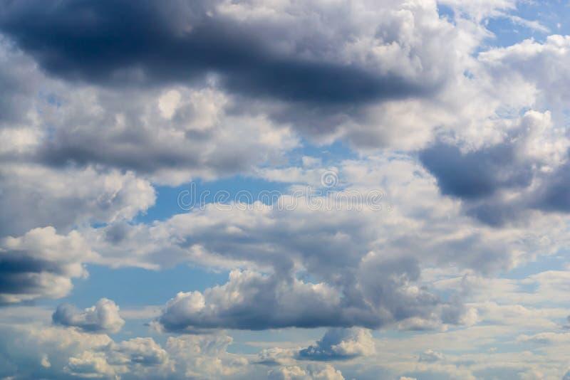 Flaumige Wolken des hohen Details auf Hintergrund des blauen Himmels lizenzfreie stockfotos
