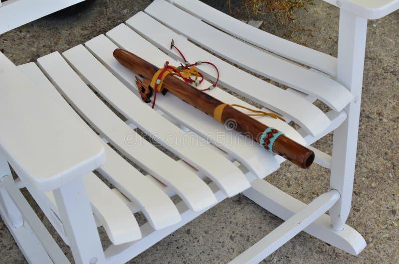 Flauta de madeira do nativo americano no assento da cadeira de balanço imagem de stock
