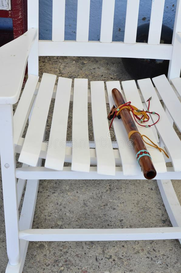 Flauta de madeira do nativo americano no assento da cadeira de balanço imagem de stock royalty free