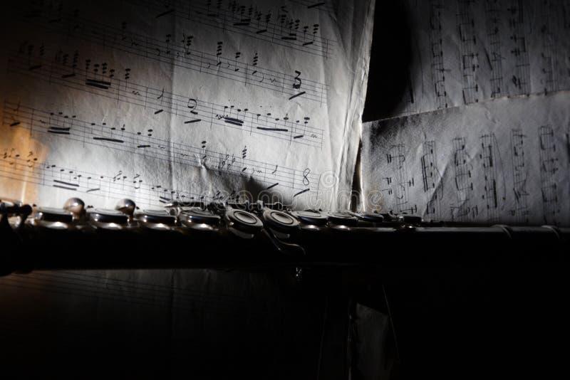 Flauta e música de folha velha fotos de stock royalty free