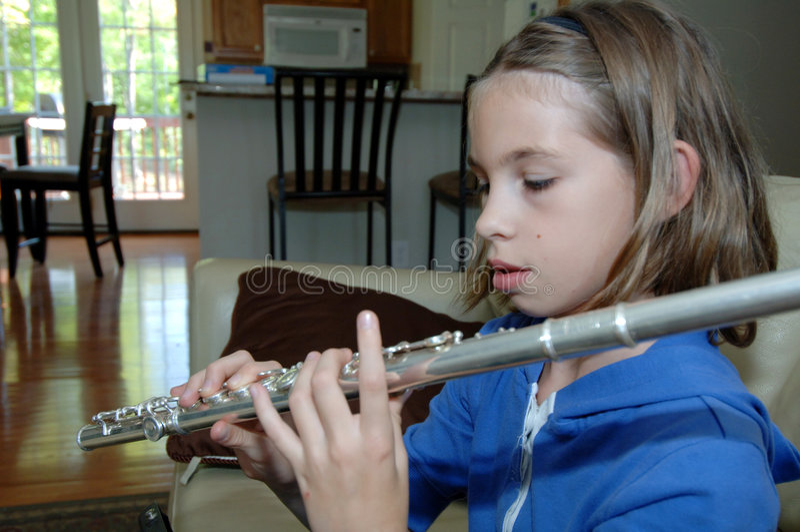Flauta Praticando Da Menina Em Casa Fotografia de Stock