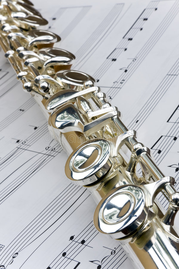 Flauta puesta a través de música de hoja imagen de archivo libre de regalías