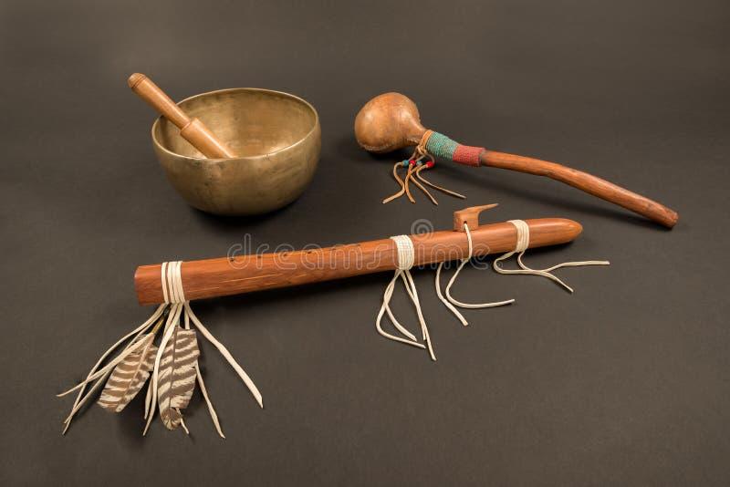 Flauta y coctelera del nativo americano, y cuenco tibetano del canto foto de archivo