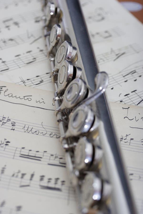 Flauta y vieja música de hoja imagen de archivo libre de regalías