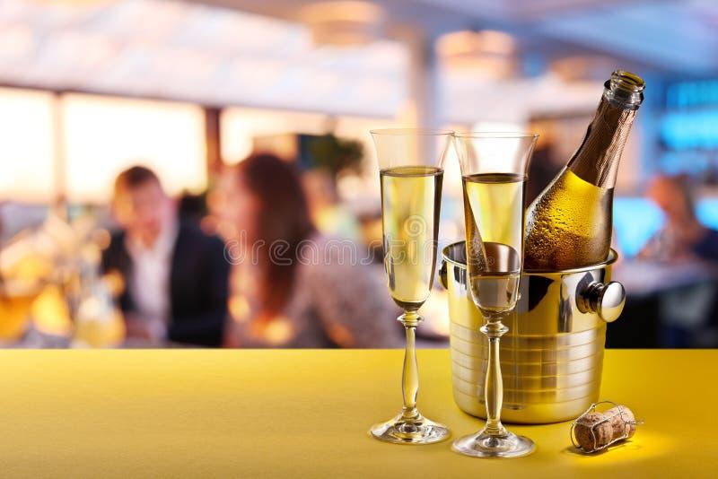 Flautas de Champagne e garrafa refrigerada fotografia de stock royalty free