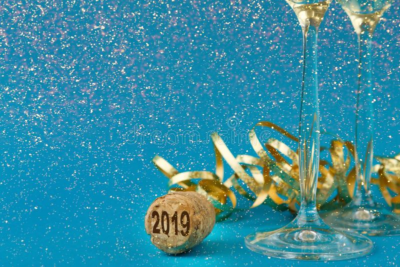 Flautas de Champagne no fundo azul do feriado fotos de stock