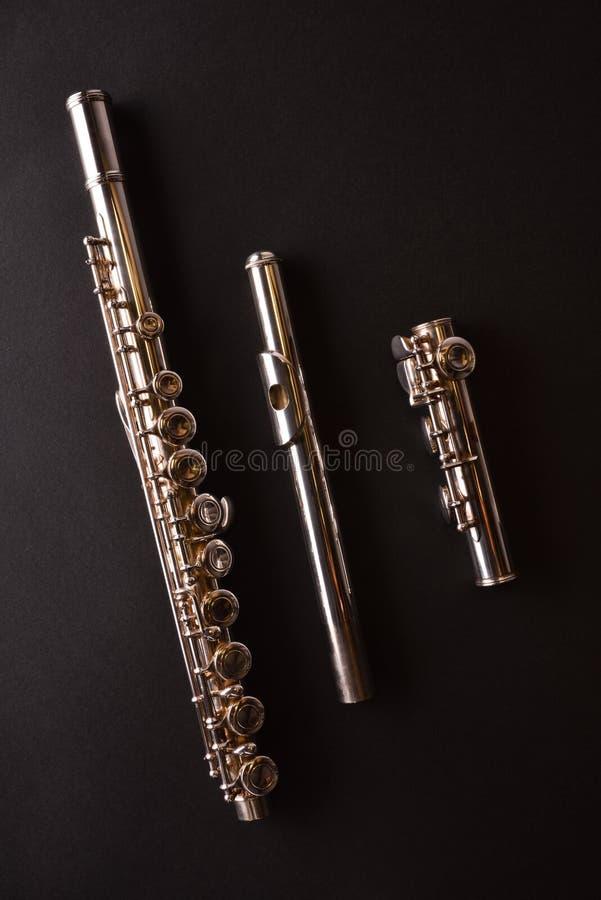 Flauto di Tansverse non montata in tre parti sulla tavola nera vertic fotografia stock
