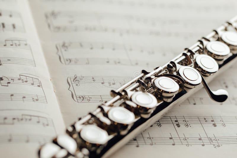 Flauto traverso sullo strato di musica fotografie stock libere da diritti
