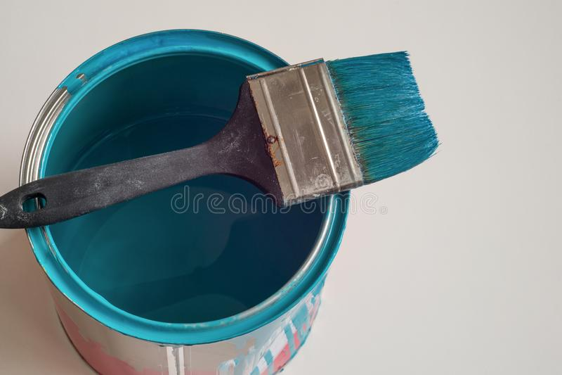 Flautz dla malować wielkie powierzchnie na puszce błękitna farba obraz stock