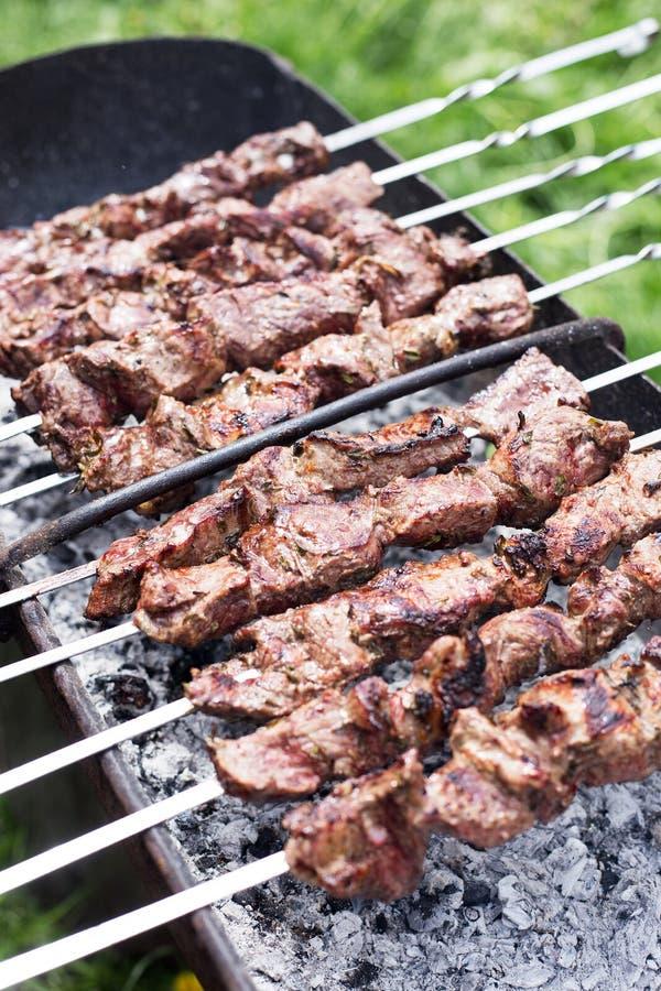 Flavored kochte Fleisch auf Aufsteckspindeln stockbilder
