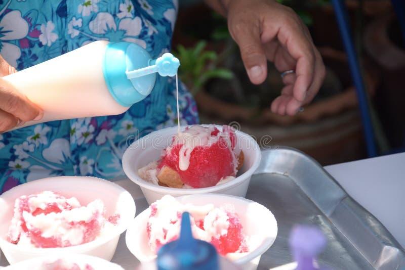 Flavouring słodzącego zgęszczonego dojnego śniegu rożek golił lód zdjęcia stock